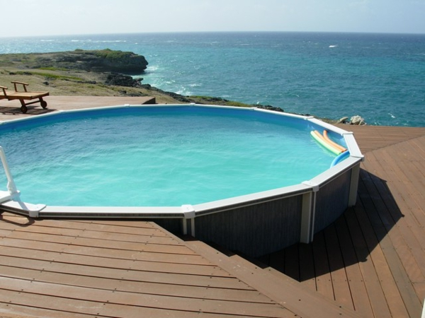 super-schöner-runder -pool-mit einem schönen blick aufs meer