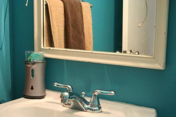 türkis-wandfarbe-im-badezimmer-wandgestaltung-bad-modern