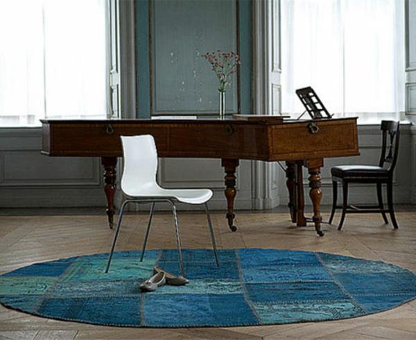türkische-vintage-teppiche- ein weißer stuhl auf dem teppcih