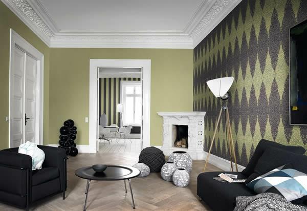 tapeten-in-braun-und-olivgrün-schwarze-möbel