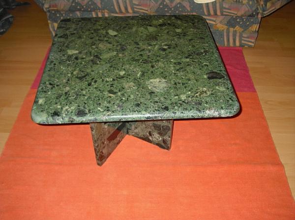 tisch-grüner -marmor- interessante farbe für den teppich