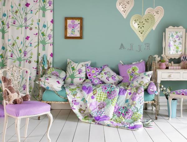 tolle-Farbideen-für-Kinderzimmer-grün-lila-baummotiven