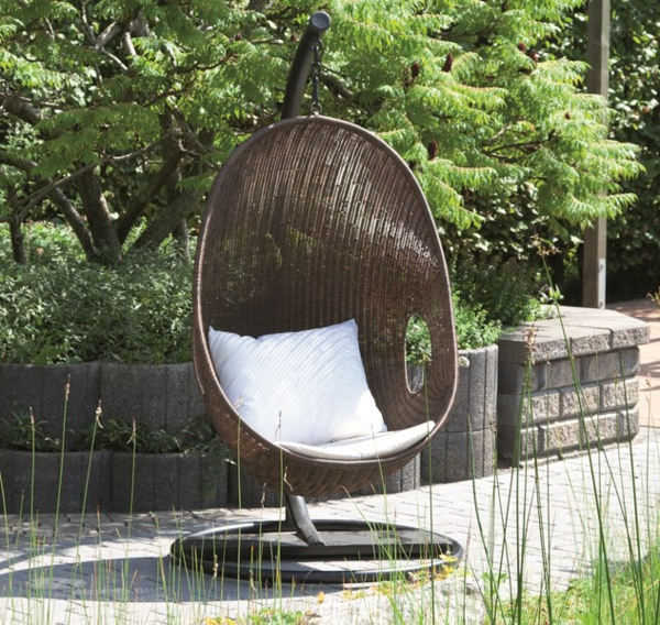 eleganter-brauner-rattan-hängesessel-im-Garten