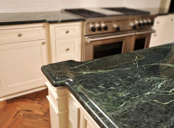 traditionelle-küche-gestalten-grüner-marmor- weiße möbelstücke