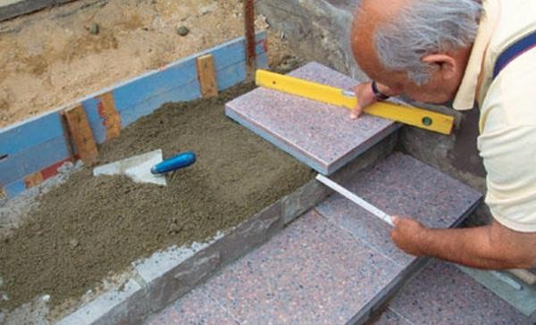 treppen-bau-im-prozess- ein alter man arbeitet daran