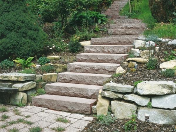 treppenstufen-aus-stein-für-außen- umgeben von grünen pflanzen