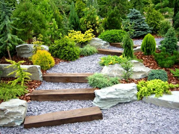 designer garden mit vielen grünen pflanzen und selber gemachten treppen