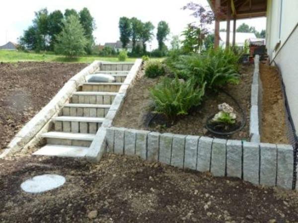 treppenstufen-stein-außen-selber-bauen- grüne pflanzen neben den treppen