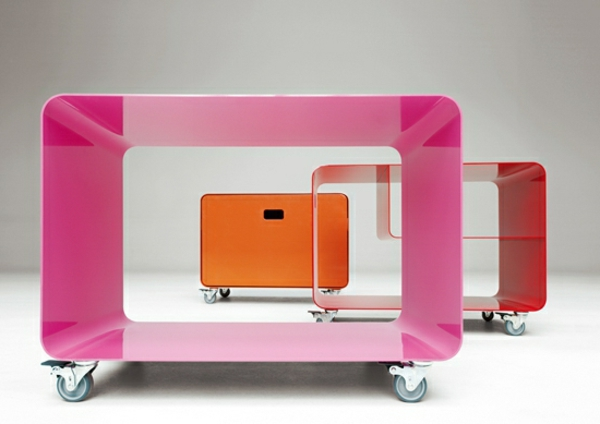 tv-tisch-auf-rollen-drei-modelle- in grellen farben
