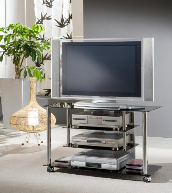 tv-tisch-auf-rollen-eine-grüne-pflanze-daneben- moderne gestaltung