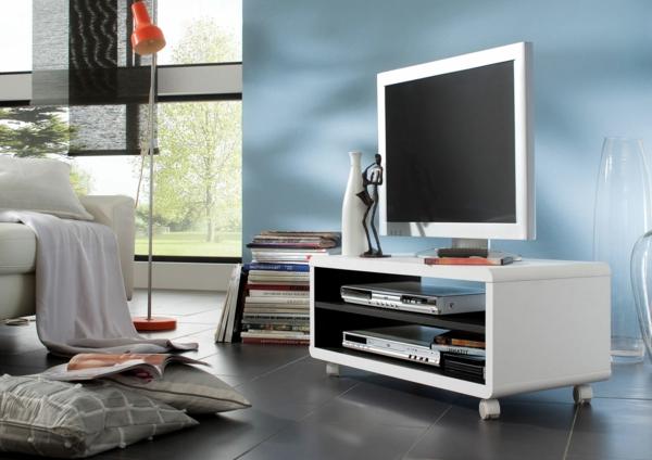 tv-tisch-auf-rollen-im-schlafzimmer- blaue wand dahinter