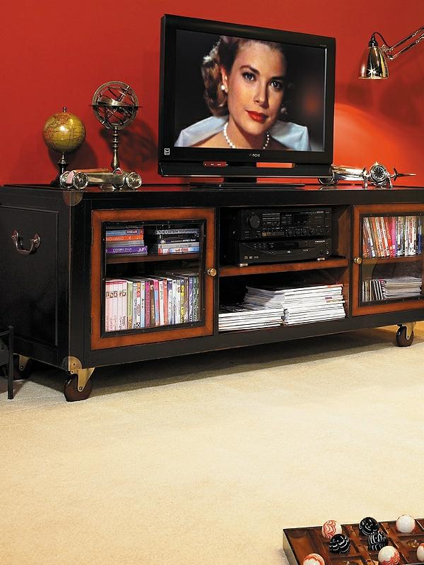 tv-tisch-auf-rollen-schönes-wohnzimmer-ausstatten-rote wand dahinter