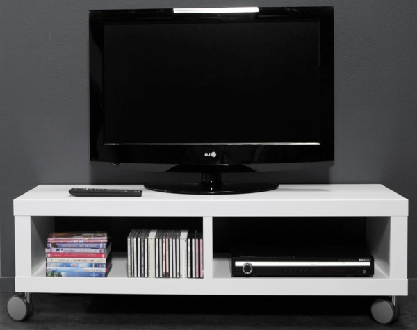 tv-tisch-auf-rollen-weißer-tisch-und-schwarzer-tv-eine graue wand dahinter
