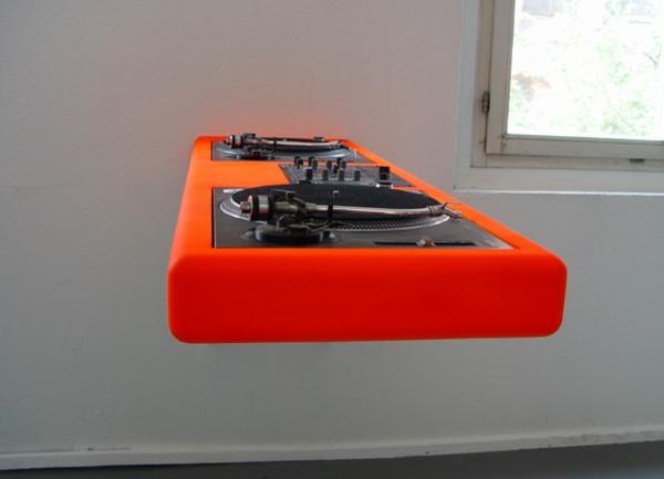 ultramoderne-dj-tische-in-grellen-farben-sehr praktisches modell