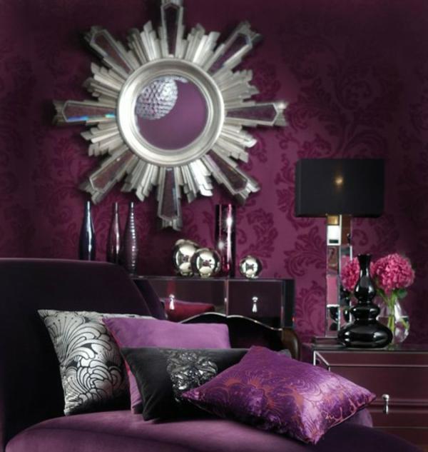 ultramodernes-zimmer-mit-sofakissen-in-lila- runder extravaganter spiegel an der lila wand
