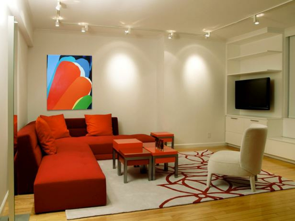 verzaubernde-beleuchtungsideen-für-wohnzimmer-schönes sofa in rot