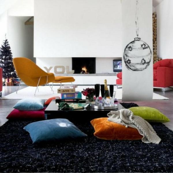 viele-schön-aussehende-orientalische-sitzkissen-dunkler teppich