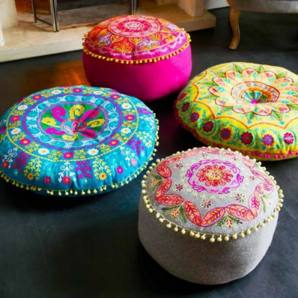 vier-rundeorientalische-sitzkissen-bunte farben