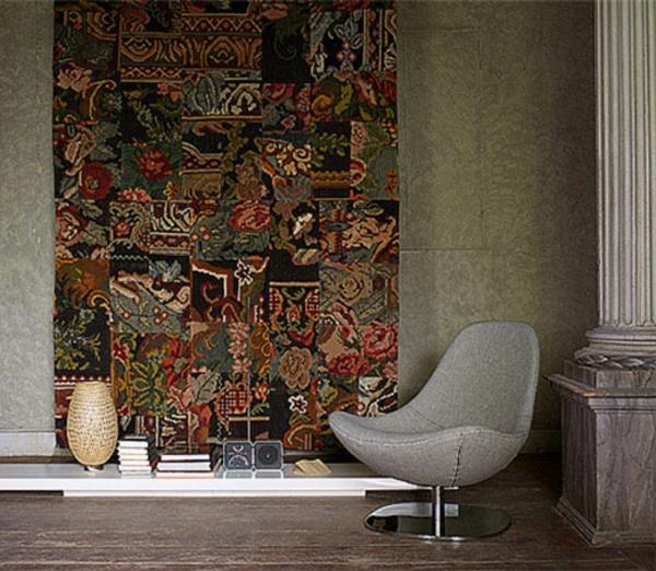 vintage-teppich-an-der-wand- ein grauer stuhl daneben