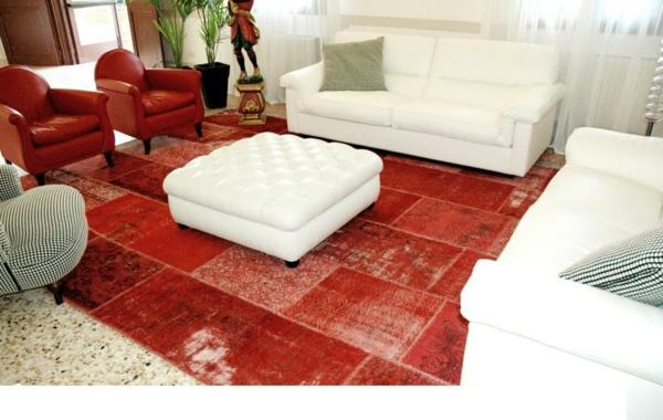 vintage-teppich-im-schönen-wohnzimmer-mit weißen möbelstücken