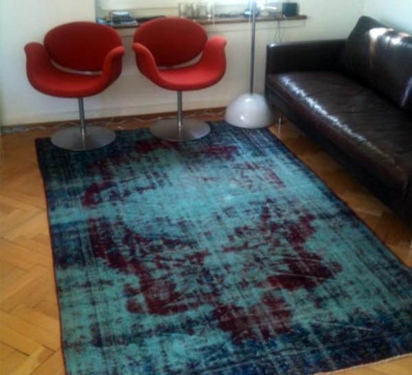 vintage-teppich-in-blauer-farbe- wohnzimmer gemütlich gestalten