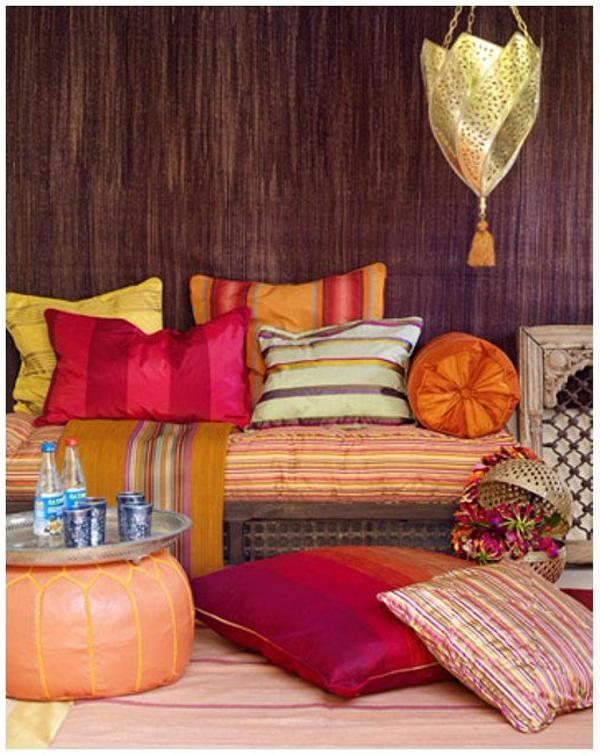 wandfarbe-brauntöne-mit-bunten-kissen-orientalisches-Still