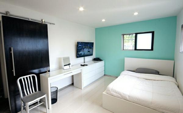 wandfarbe-fenster-türkis-schlafzimmer-weiß-bett-und-weißer-schreibtisch