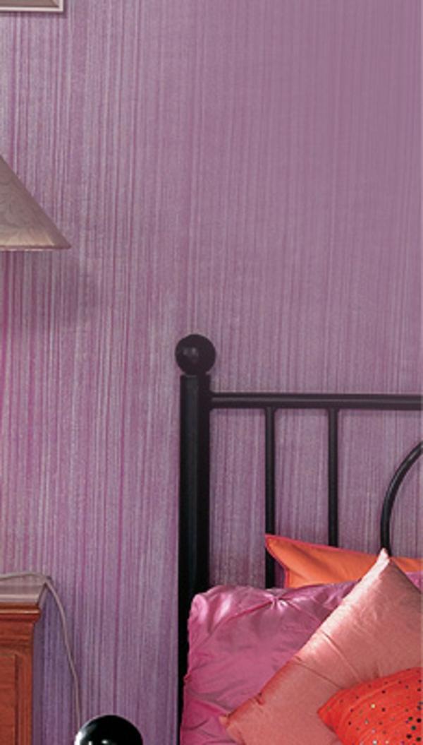 wandfarbe-mit-einem-metalleffekt-im-schlafzimmer-bett mit vielen dekokissen