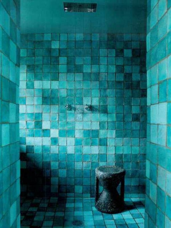 wandfarbe-türkis-im-badezimmer-grunblaue-fliesen-schön-gestalten