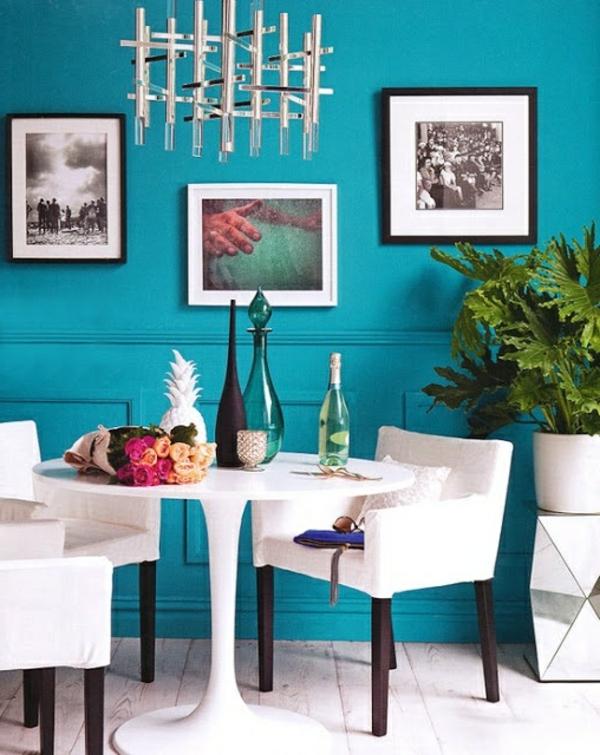 wandfarbe-türkis-in-der-küche-mit-vielen-bildern-und-weiße-stühle