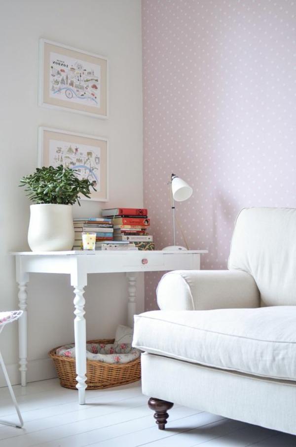 wandtapeten-in-hellrosa-und-weißen-punkte-weißes-sofa