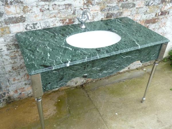 waschbecken-fürs-badezimmer-grüner-marmor-dahinter ist eine ziegelwand