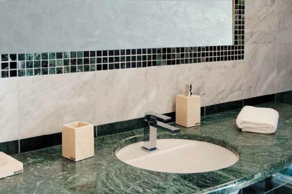 waschebecken-im-badezimmer-grüner-marmor-dekorative mosaikfliesen