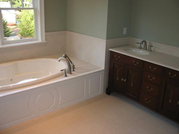 weiße-badewanne-einfliesen- kleines fenster