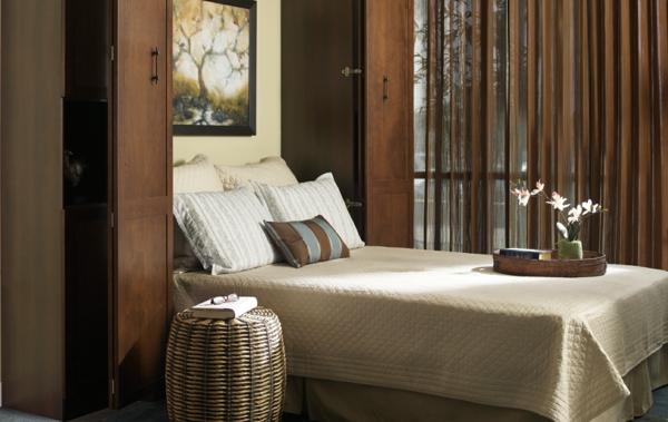weiße-bettwäsche-mit-ornamenten-für-moderne-schlafzimmer-gestaltung- braun und weiß kombinieren