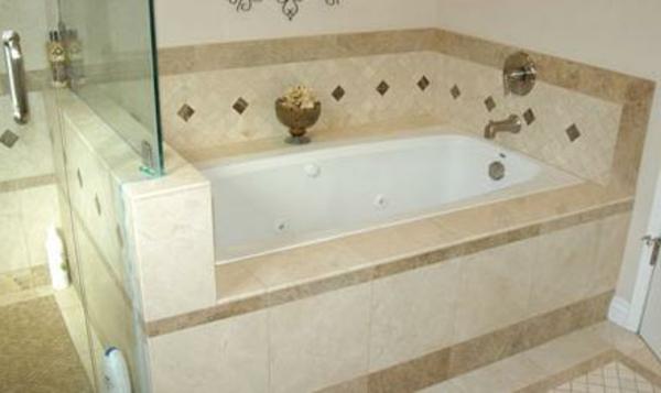 weiße-elegante-badewanne-einfliesen-trennwand aus glas