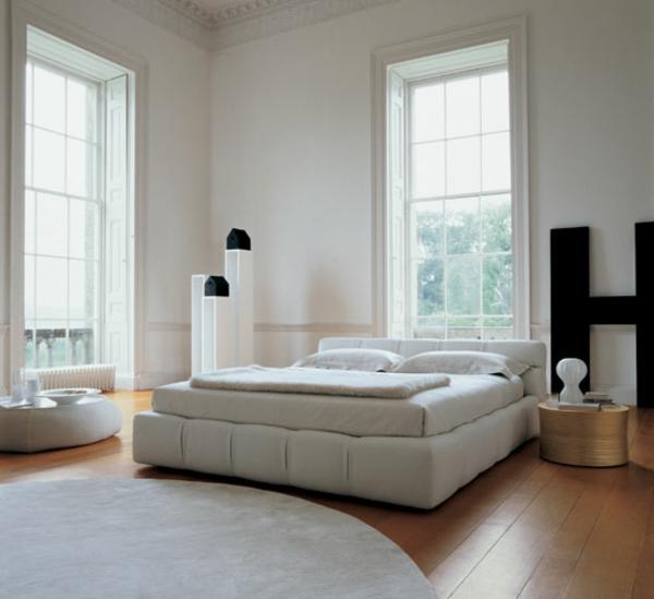 weiße-farbe-für-skandinavische-betten-runder teppich neben dem bett