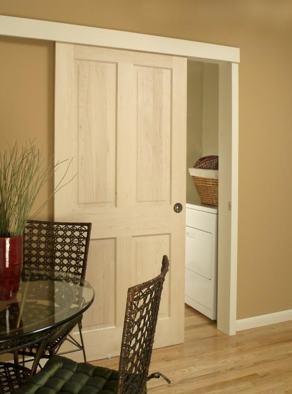 weiße-hochwertige-innentüre- im esszimmer mit einem runden Esstisch