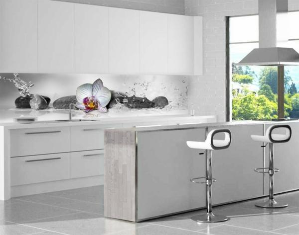 weiße-küche-sehr-schön-küchenrückwand-aus-glas- kochinsel und barhocker