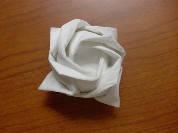 weiße-serviette-rose-falten-sehr schöne gestaltung
