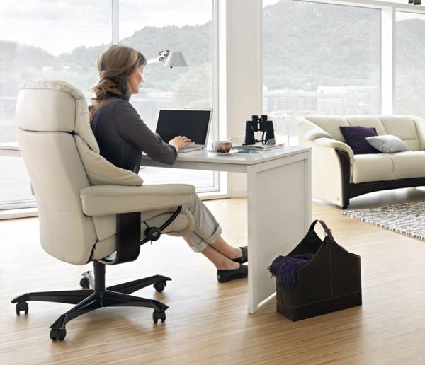 weißes-büro-mit-modernen-möbeln-wände aus glas