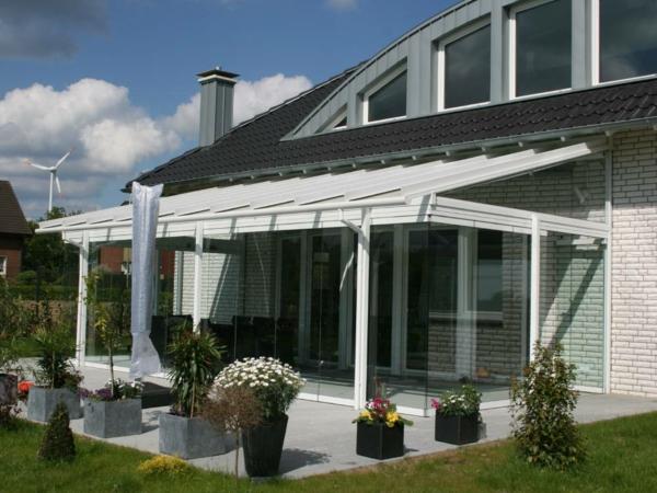 weißes-modernes-glashaus- pflanzen umgebung