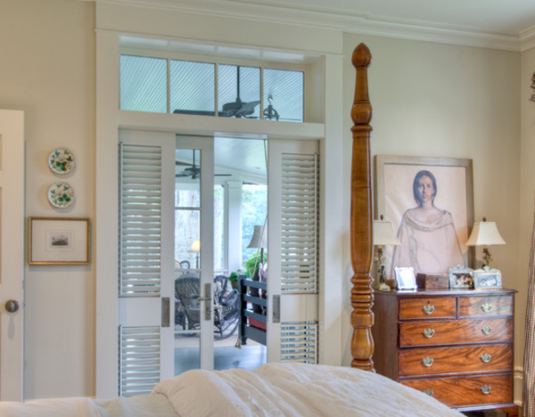 weißes-schlafzimmer-hochwertige-innentüre- elegantes Schlafzimmer mit einem Bild an der Wand