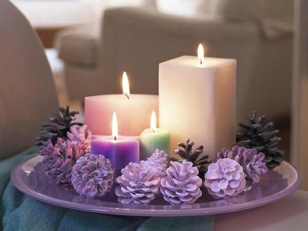weihnachtsdeko-mit-weißen-kerzen- lila zapfen