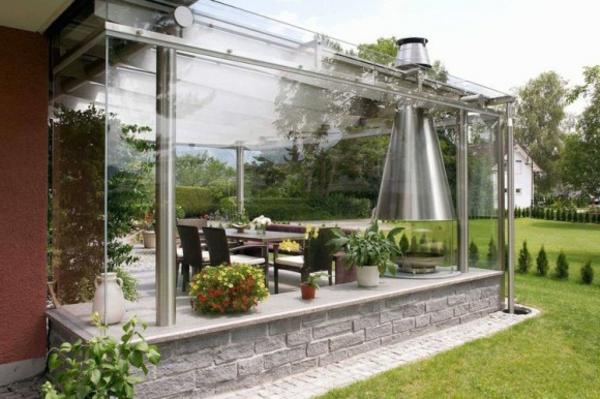 wirklich-schön-aussehendes-modernes-glashaus-mit einem super großen hof