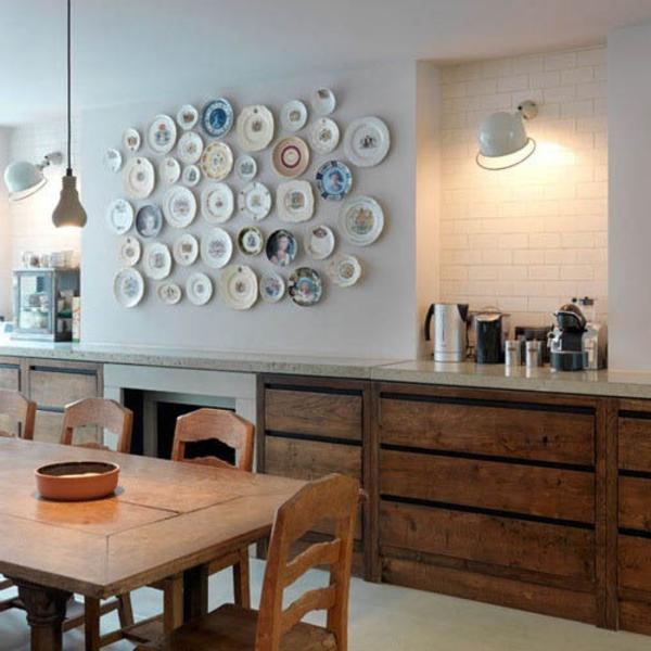 wohnideen-mit-bunten-teller-zur-Küchenwandgestaltung