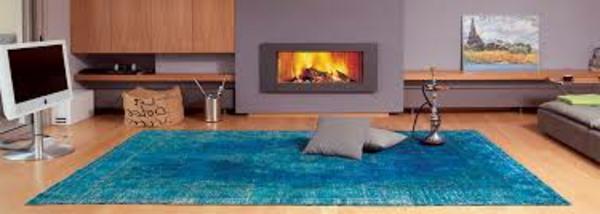 wohnzimmer-schöne-gestaltung-vintage-teppich- und zwei dekokissen
