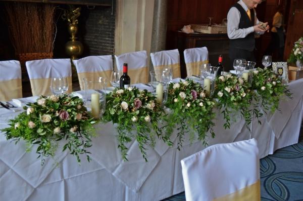 wunderbare-Tischgestecke-für-Hochzeit-mit-rosen