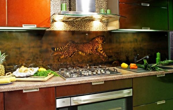 wunderschöne-elegante-küche-mit-einer-küchenrückwand-aus-glas- ein foto von einem gepard