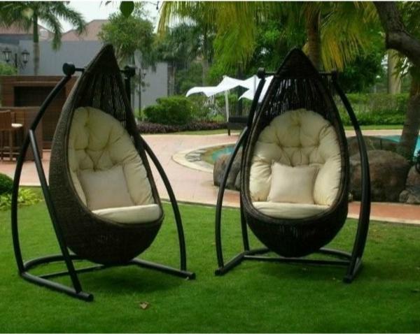 elegante-rattan-hängesessel-auf-dem-gras-in-Ihrem-Garten